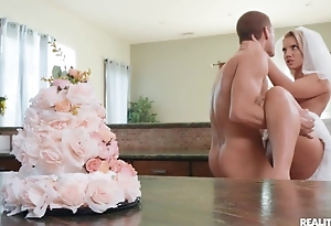 Sexually excited bride enjoys hardcore lovemaking in put emphasize kitchen